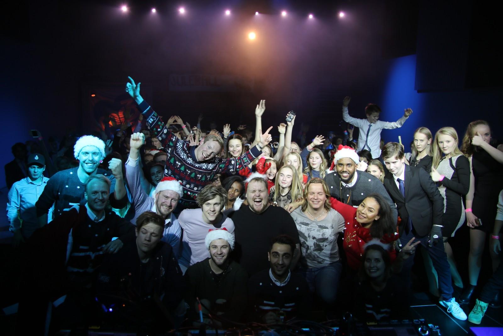 Elever og NRK mP3-gjengen samlet på scenen på Bruket Kulturhus i Hommelvik.