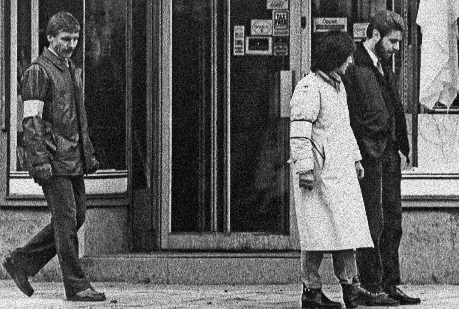 6. april 1986 rekontruerte politiet drapet i området Palme ble drept. Polititjentene på bildet skulle være ekteparet Palme som blir fulgt av en ukjent morder.