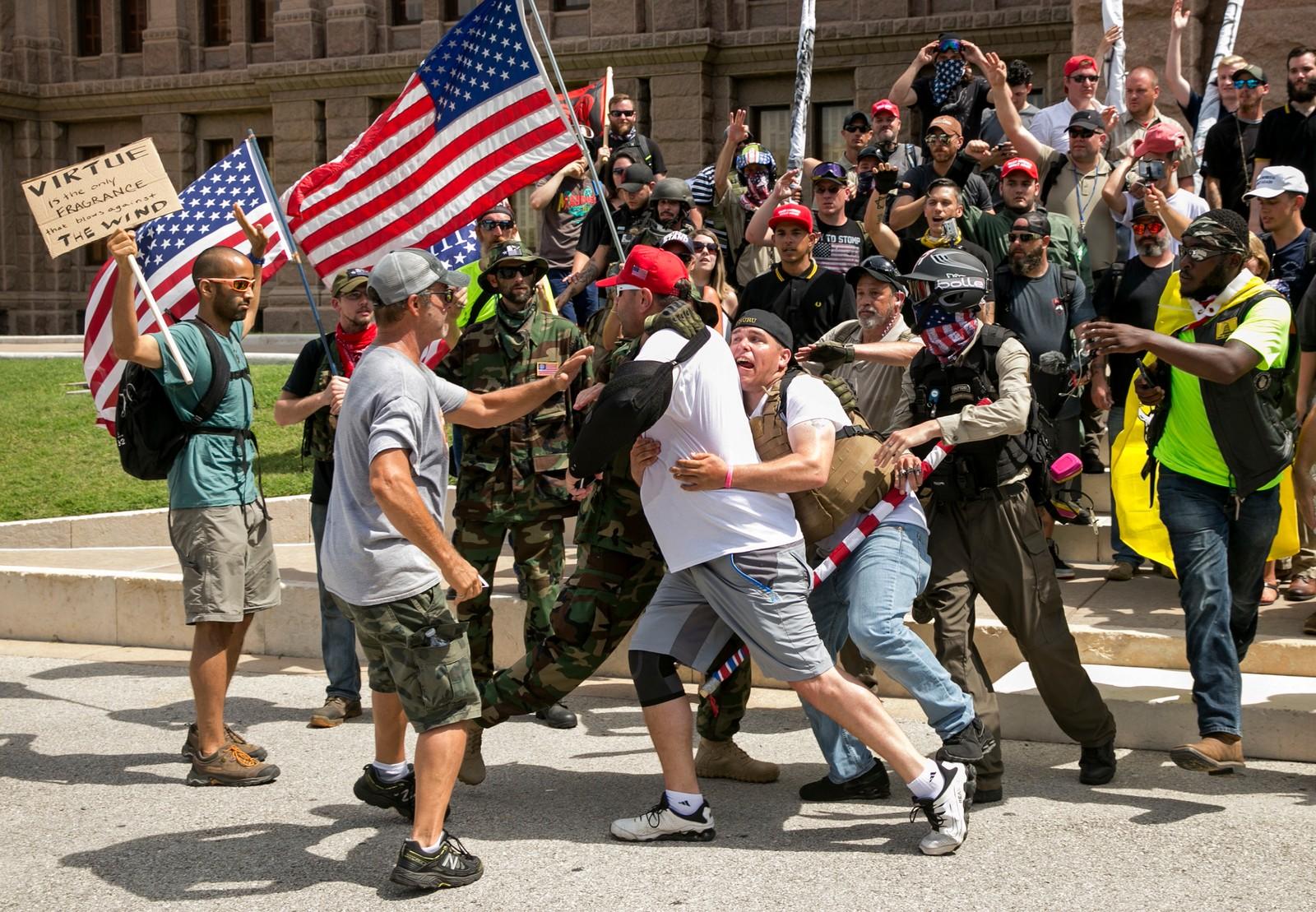 Trump, for (til høyre) eller mot (til venstre). Den kampen virker ikke å være helt over, i hvert fall ikke om vi skal tolke dette bildet. Tilhengere fra de ulike leirene barka sammen i Austin, Texas søndag.