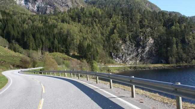 Fylkesveg 57 mellom Flekke og Leirvik ved Breidvatnet. Foto: Ottar Starheim, NRK.