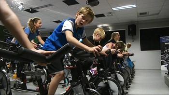 Flere treningssentre tilbyr trening for barn. I Haugesund kan barn begynna å trene med apparater fra det året de fyller 10. Men ikke alle liker utviklingen.