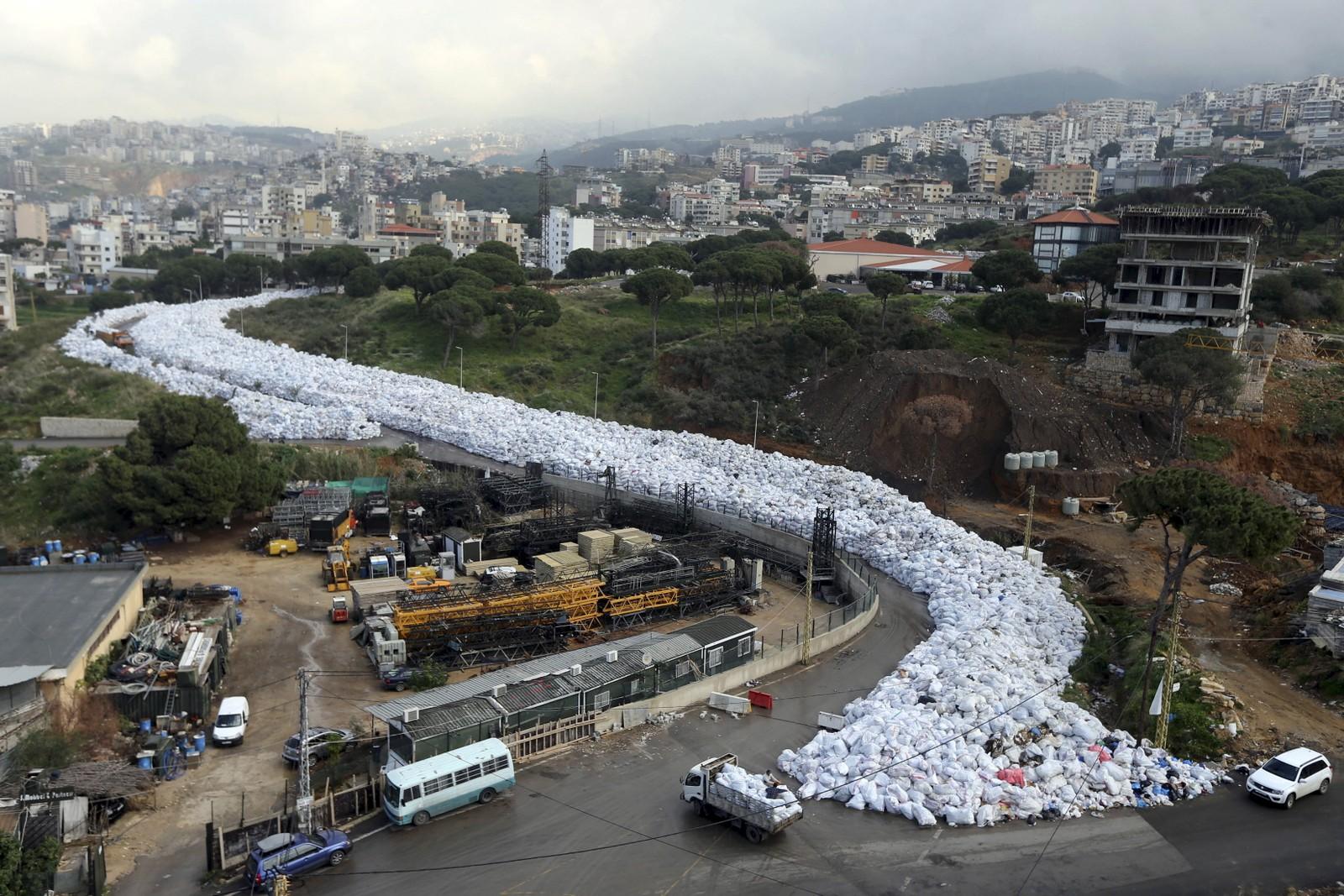 I store deler av 2016 slanget en elv av stinkende søppel seg gjennom Jdeideh, en forstad til Beirut. Problemene kom da en søppelfylling i Beirut ble stengt uten at et alternativ var på plass.