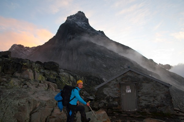 Sted: Hurrungane<br />Motiv: Ole Simensen poserer med Store Skagastølstind i bakgrunnen. <br /><br /> - Foto: Jon Olav Volden