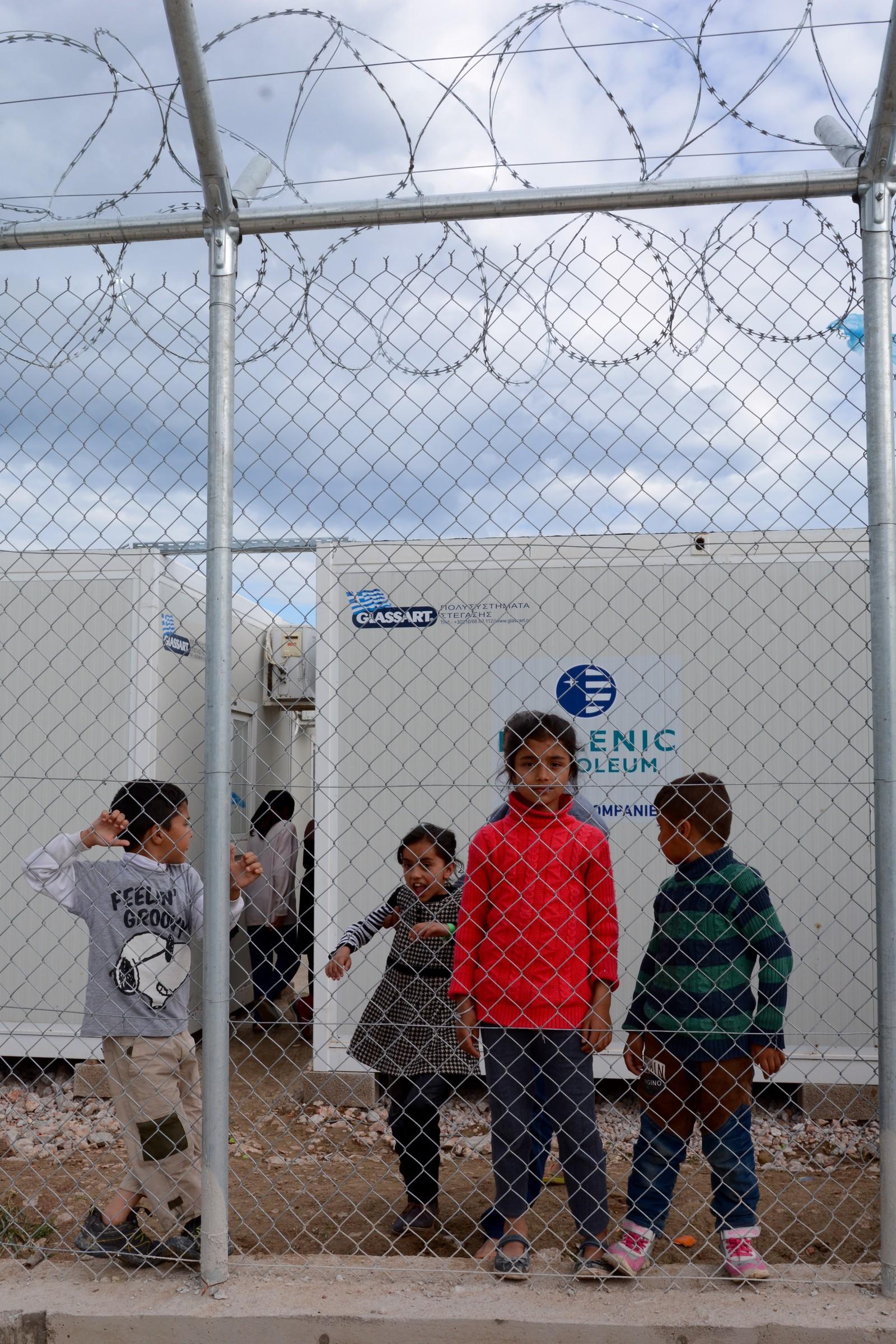 Nasanin (9) fra Afghanistan er blant barna som er innesperret bak piggtråd i Vial-leiren på Chios.