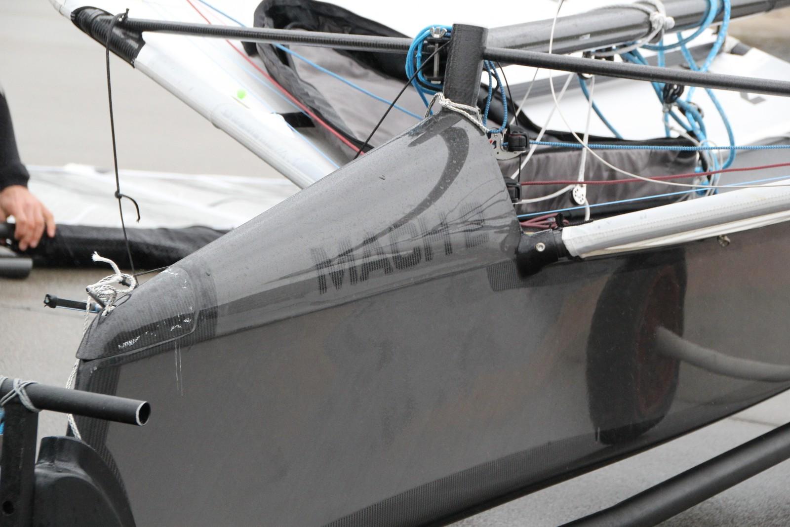 Båten veier på 30 kilo, og fraktes på en tilhenger man kan trekke for egen kraft.