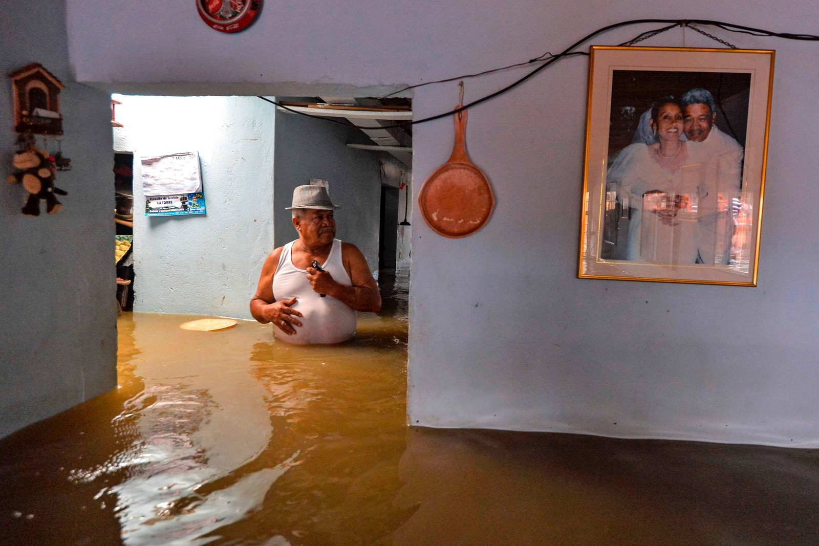 Regn har ført til at elven Cauca har flommet over i Cali i Colombia. Landet har slitt med flom siden mars.