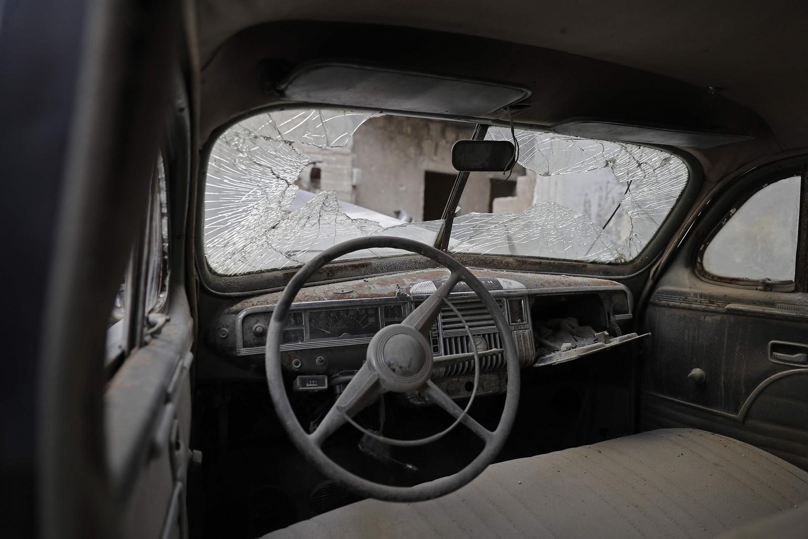 Innsiden av en 1947 Plymouth med knust frontrute.