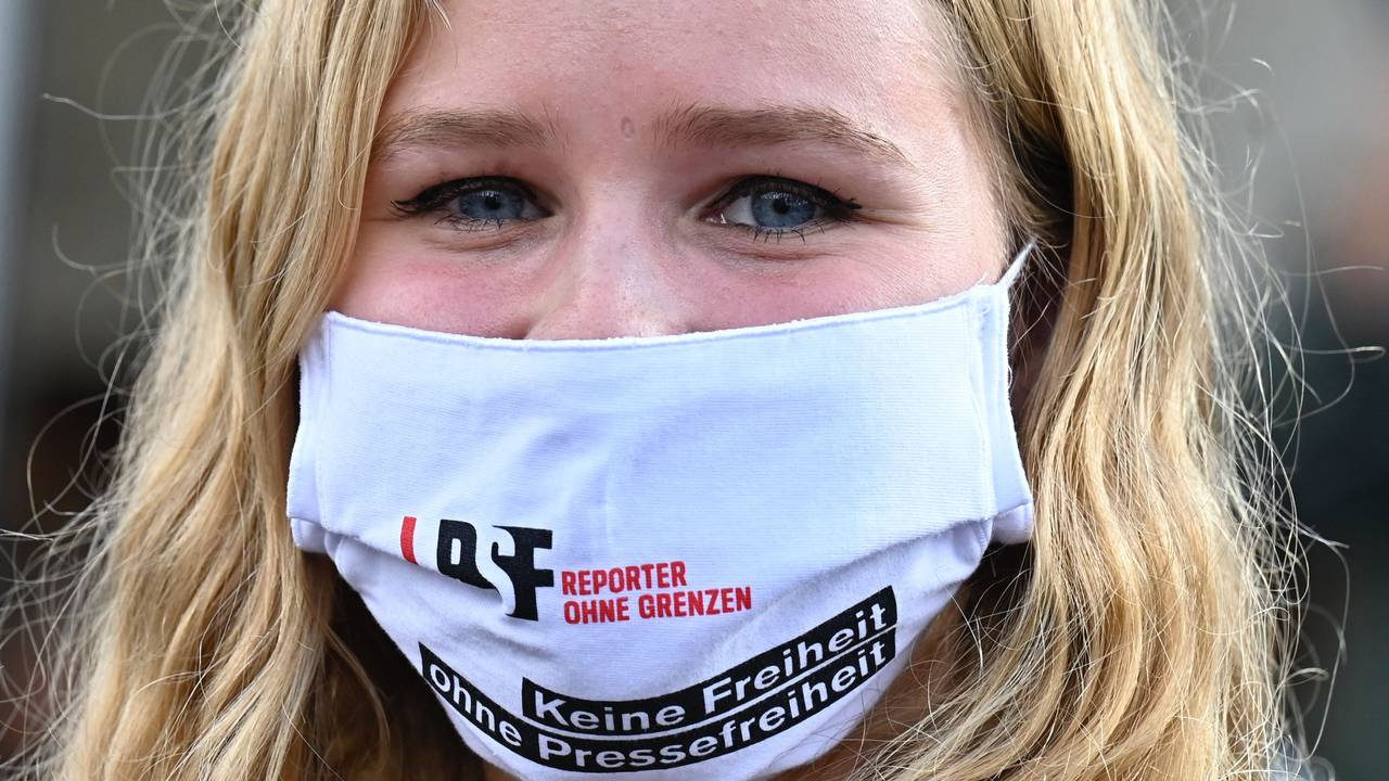 En demonstrant for pressefrihet. På munnbindet står det: