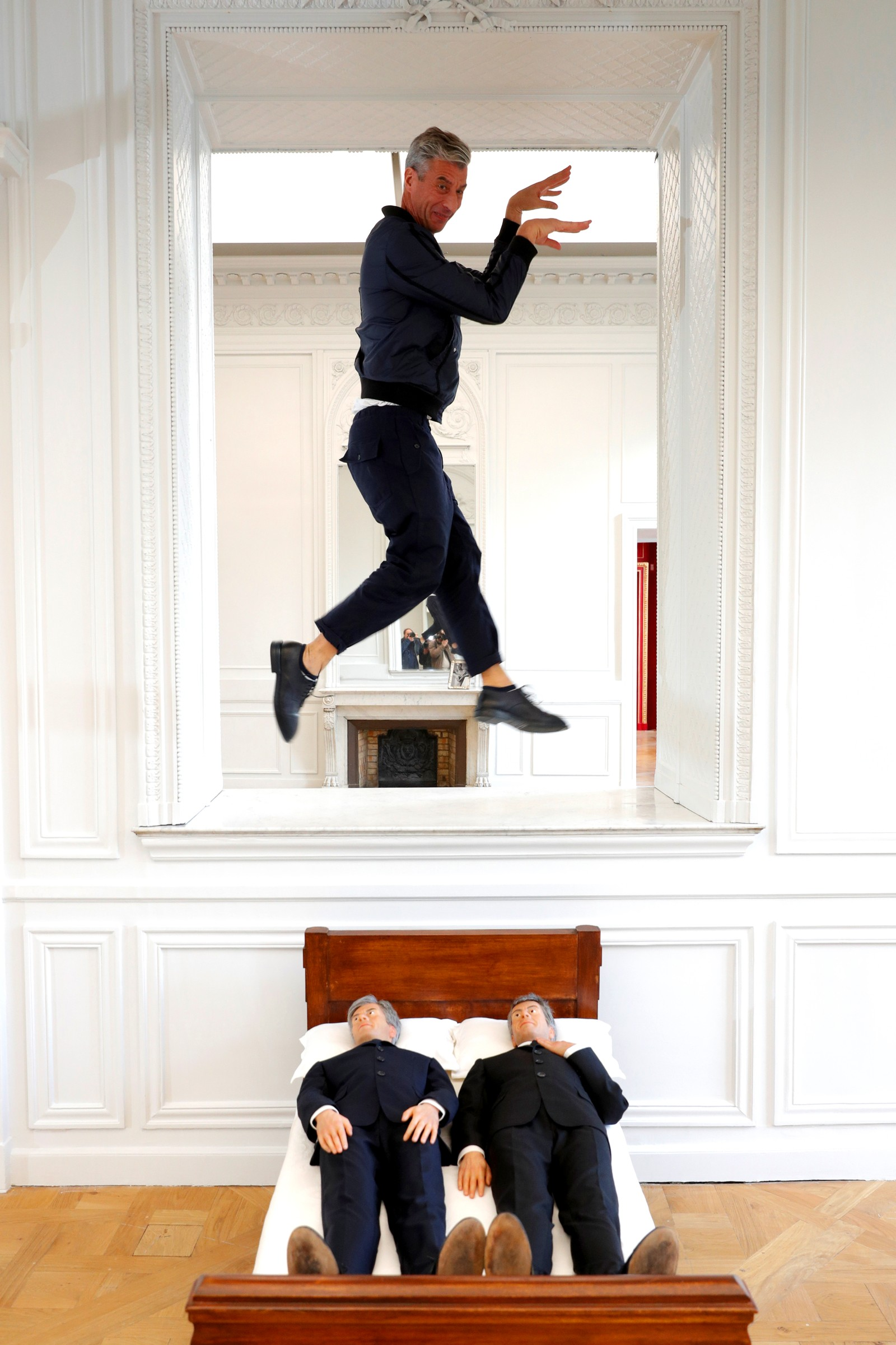 "Den italienske kunstneren Maurizio Cattelan og verket hans ""Is There Life Before Death"", som er en del av utstillingen ""Not Afraid of Love"" som foregår i Paris i Frankrike."