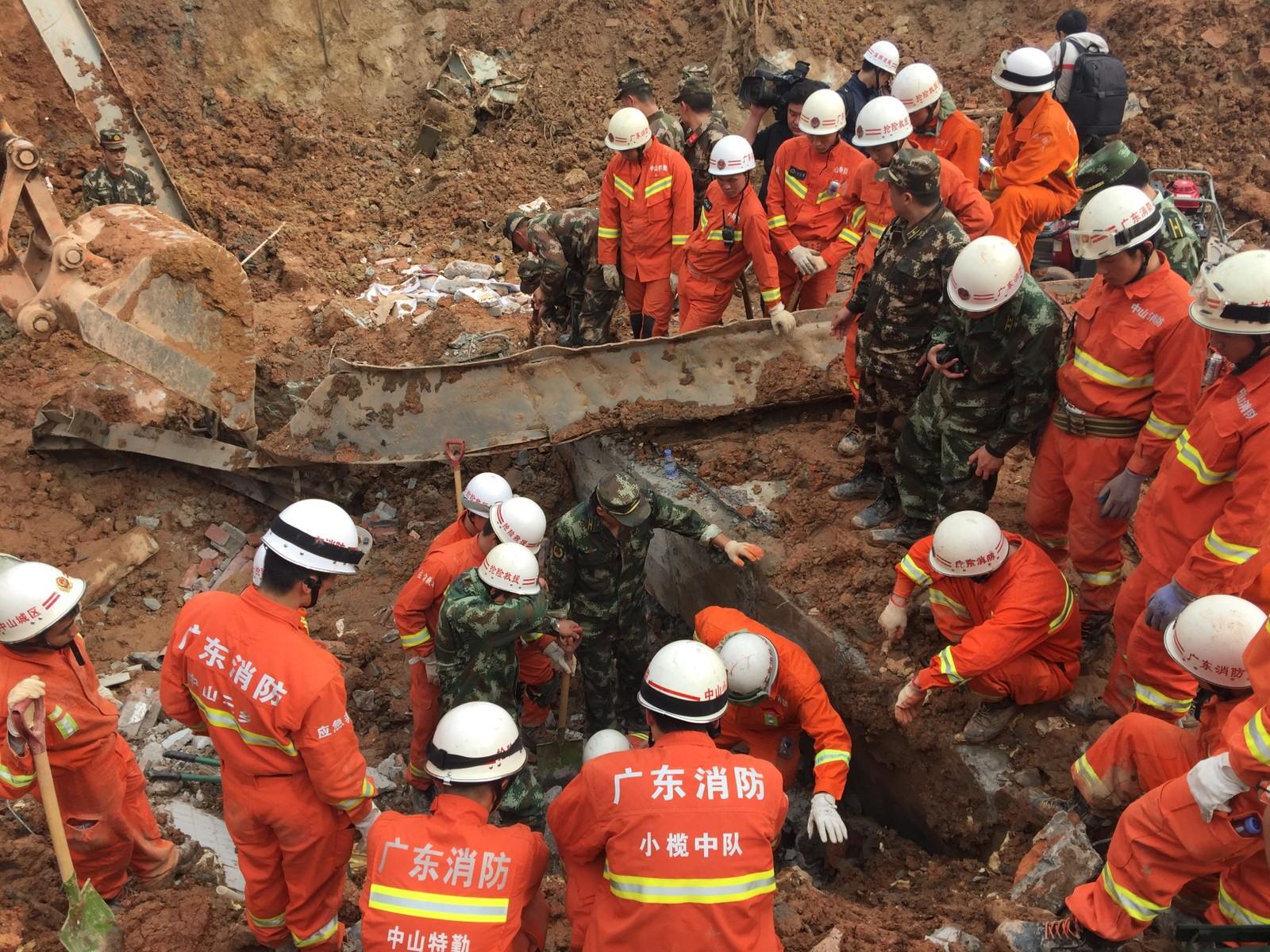 Hjelpearbeidere leter etter overlevende og omkomne etter skredet.