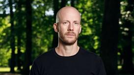 Forfatter Johan Mjønes er lei av sitt eget og venners selvbedrag.