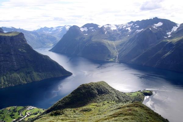 Stålberghornet foran Bjørke som ligger innerst i Hjørundfjorden. - Foto: Arild Eidset