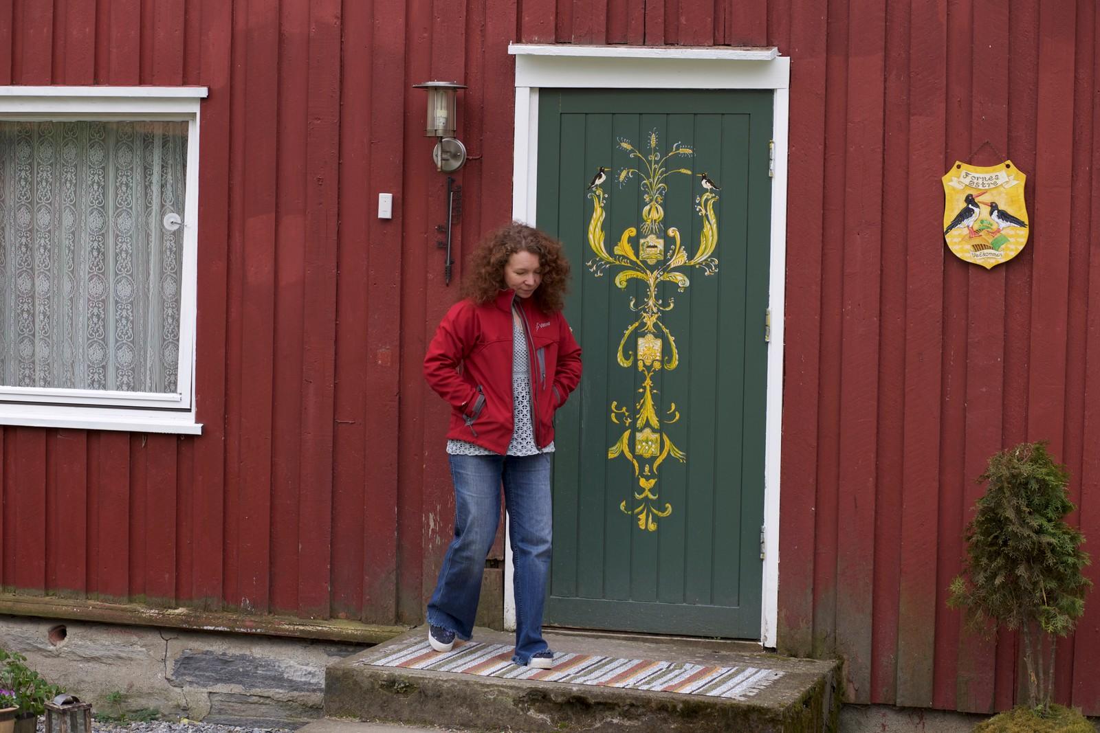 """Irina har dekorert ytterdøra og laget gårdens """"emblem"""", inspirert av et tjeldpar som kommer fast hvert år."""