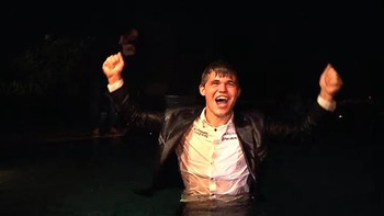 Magnus Carlsen jubler i bassenget