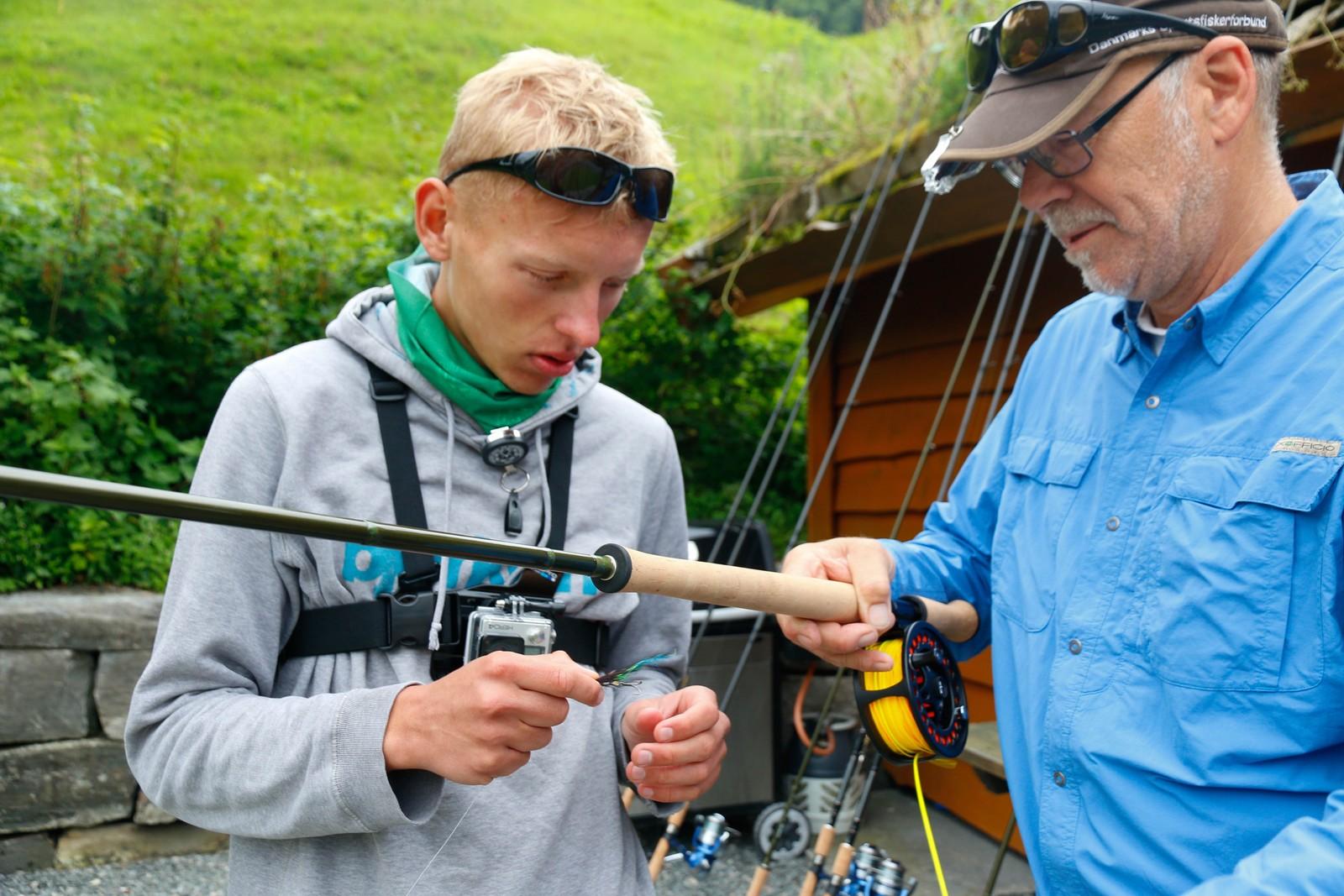 Sondre Aasen Kilnes får instruksjon av Steinar Paulsen i Norges Jeger og Fiskerforbund.