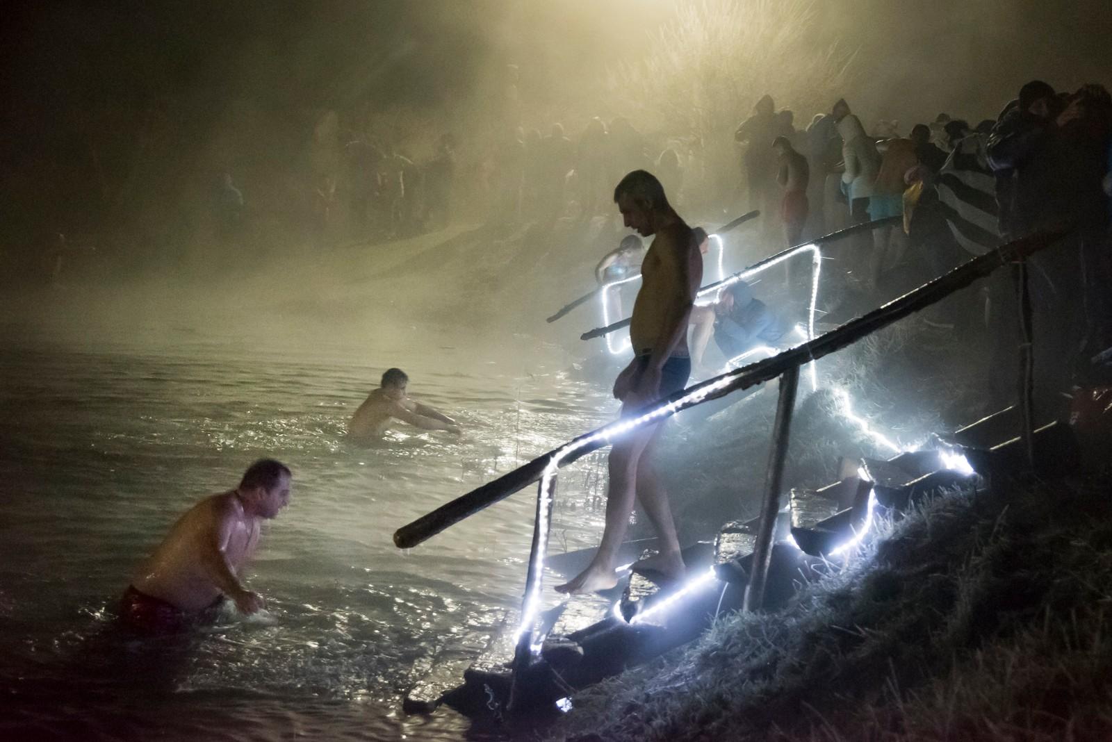 Russisk-ortodokse tar seg et isbad i Simferopol på Krim. Vann som er velsignet på helligtrekongersdag skal ha en helende og beskyttende effekt på de som bader i det. Den russisk-ortodokse kirken følger den gamle julianske kalenderen.