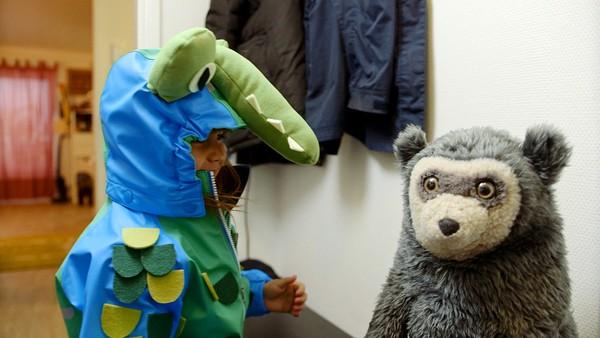 Norsk dramaserie. Lille krokodille. Det er ha-med-dag i barnehagen og Mia vil vise de andre barna krokodillen sin. Det regner ute, men Mia syns det er tungt og klumpete å ta på seg regntøy.