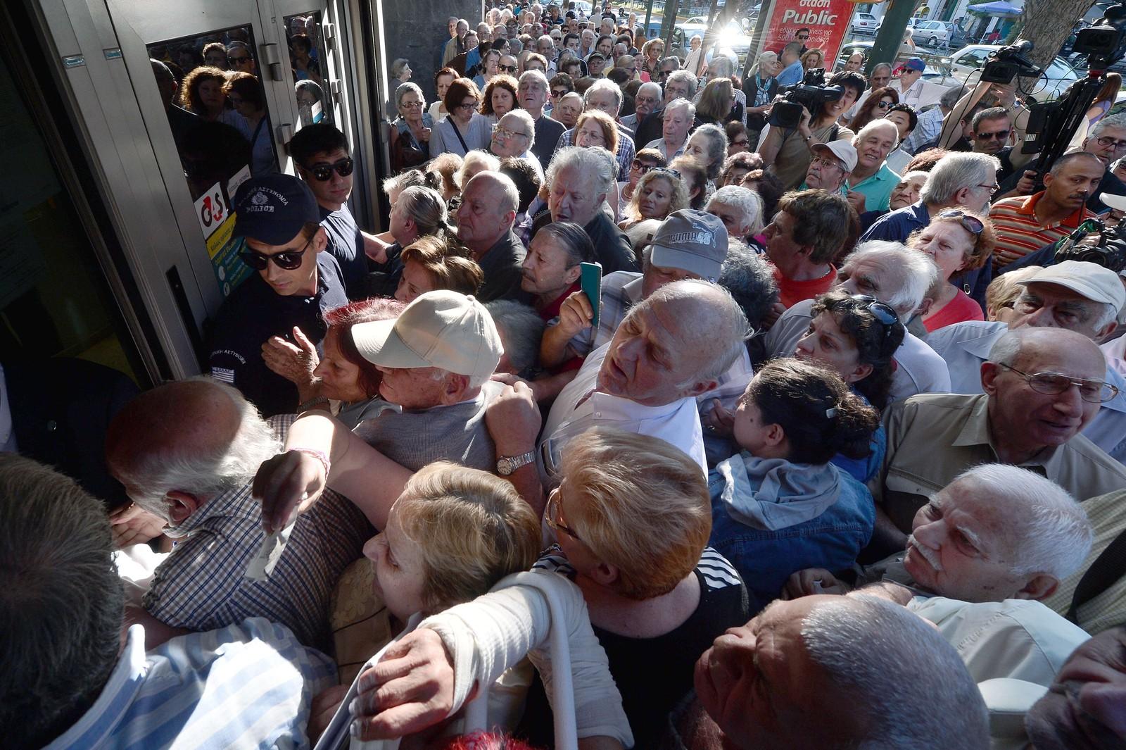 En stor mengde greske pensjonister utenfor en bank i Aten.