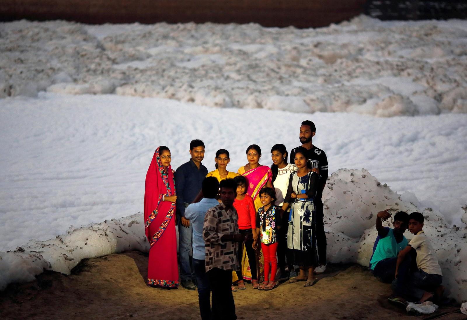 Det er populært å bruke skummet til den forurensede elven Yamuna som bakgrunn på fotografier. Det er den største sideelven til Ganges. Bildet er tatt i New Delhi i India den 11. oktober.