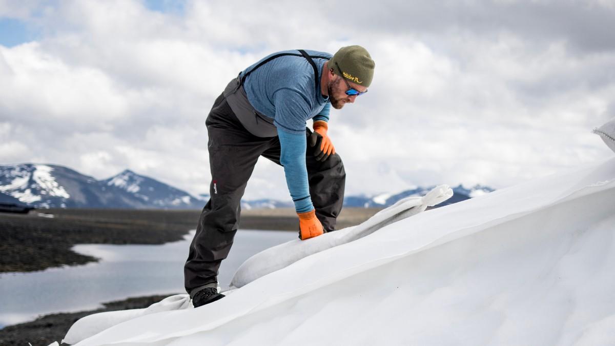 Dag Inge Bakke oppå en smeltende Juvfonne på grunn av klimaendringer