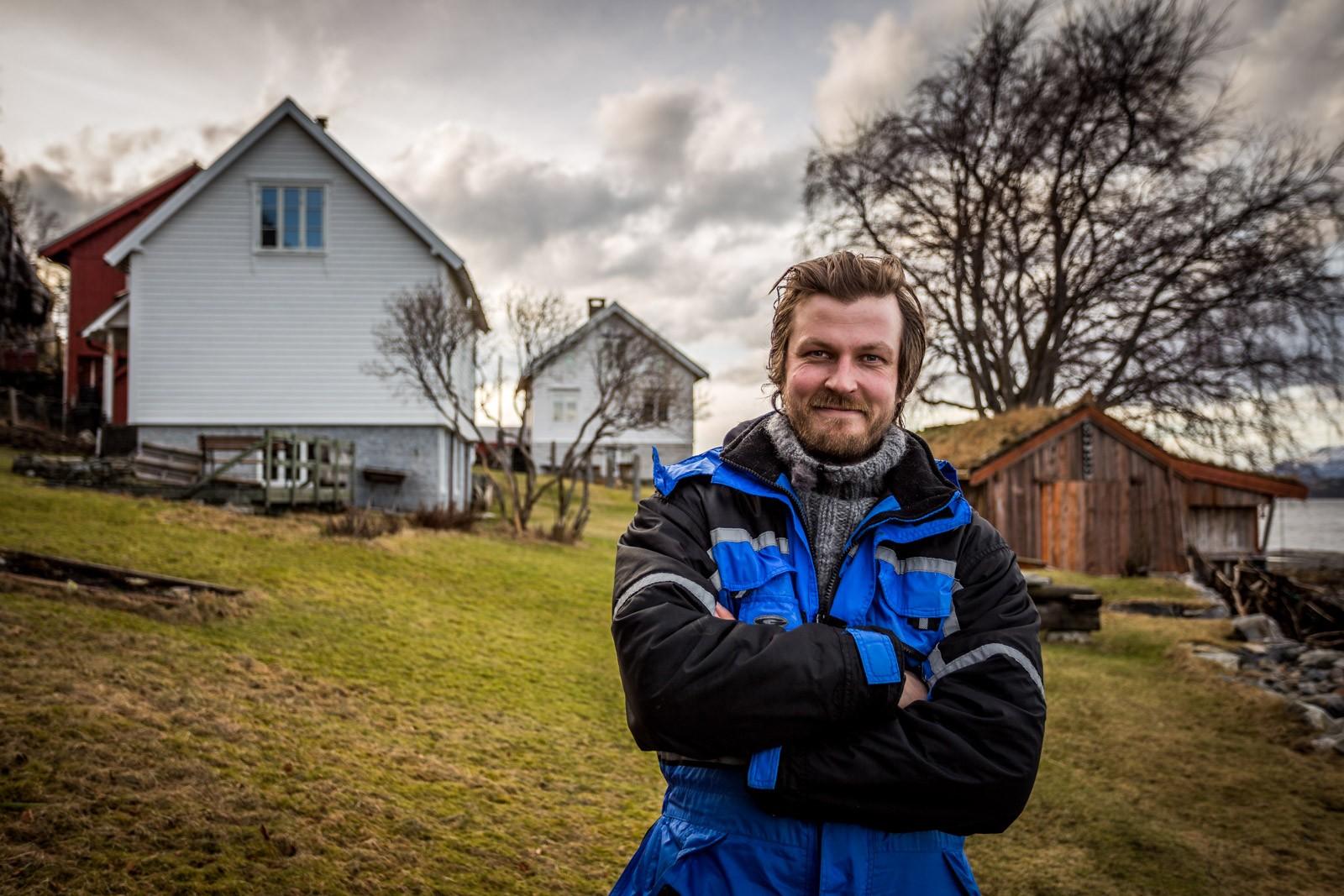 Severin Rønes utanfor på garden sin Rønneset.