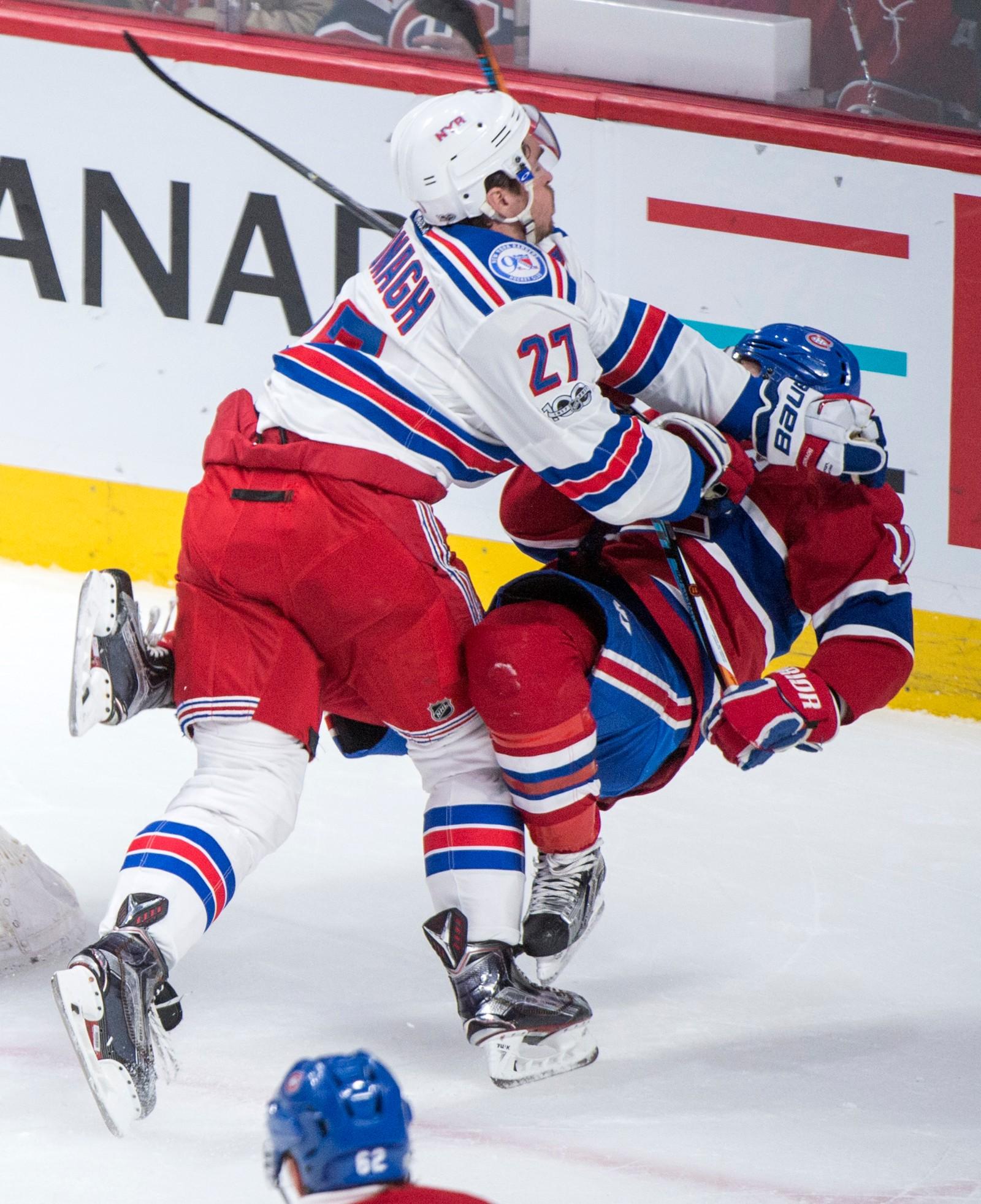Brendan Gallagher fra Rangers Canadiens Hockey og Ryan McDonagh fra Montreal Canadiens dundra sammen på isen under den første av fem kamper på vei mot Stanley Cup-trofeet.