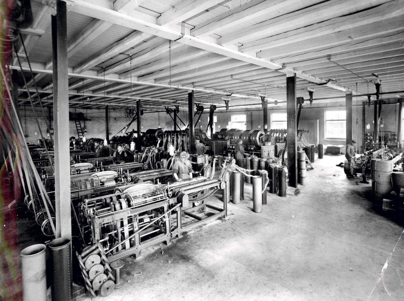 Kvinner i arbeid i spinneriet ca. 1940.