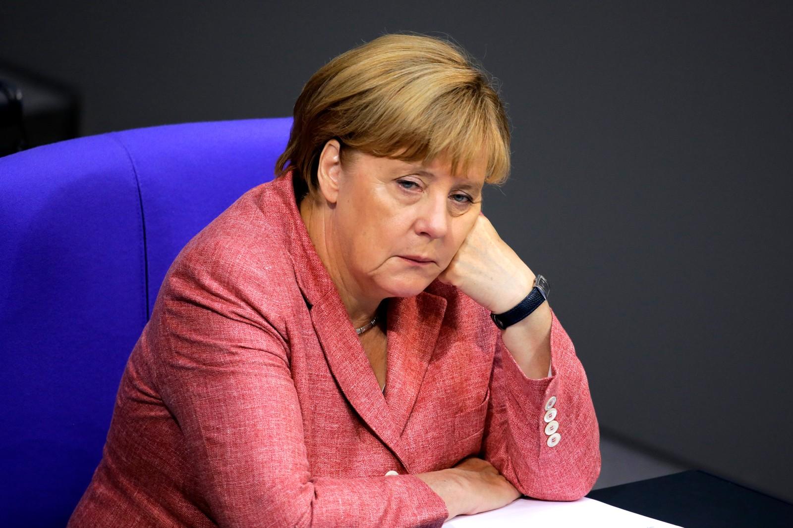 Politikk er ikke alltid så veldig spennende. Særlig ikke budsjettforhandlinger. Her er Tysklands forbundskansler Angela Merkel i Riksdagsbygningen i Berlin den 6. september, men det kan hende hun ønsket at hun var et helt annet sted.