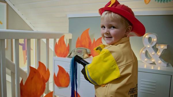 Norsk dramaserie. Brannmann Johannes.       Johannes elsker å leke brannmann og       slukker branner med vann på stuebordet.       Mamma synes det er en dårlig ide.