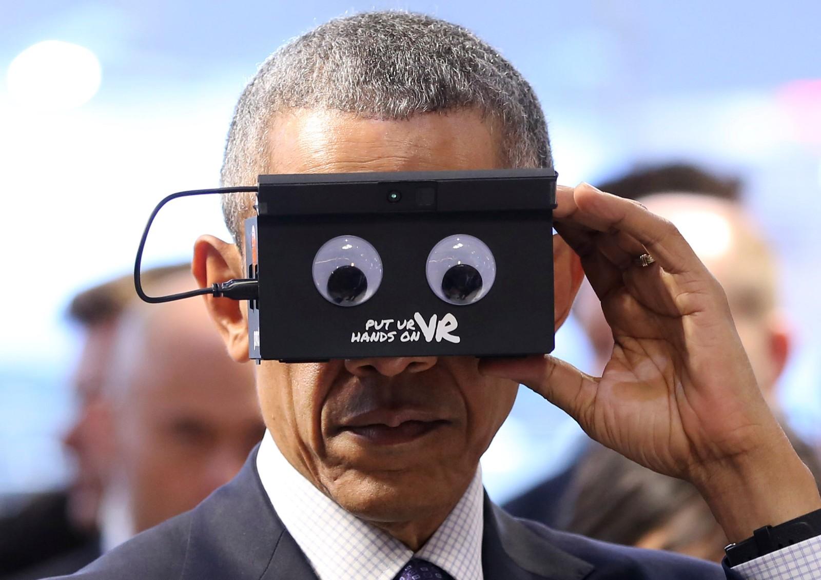 USAs president Barack Obama tester VR-briller under teknologimessen i Hannover i Tyskland mandag denne uken, under hans to dager lange offisielle besøk til Tyskland.
