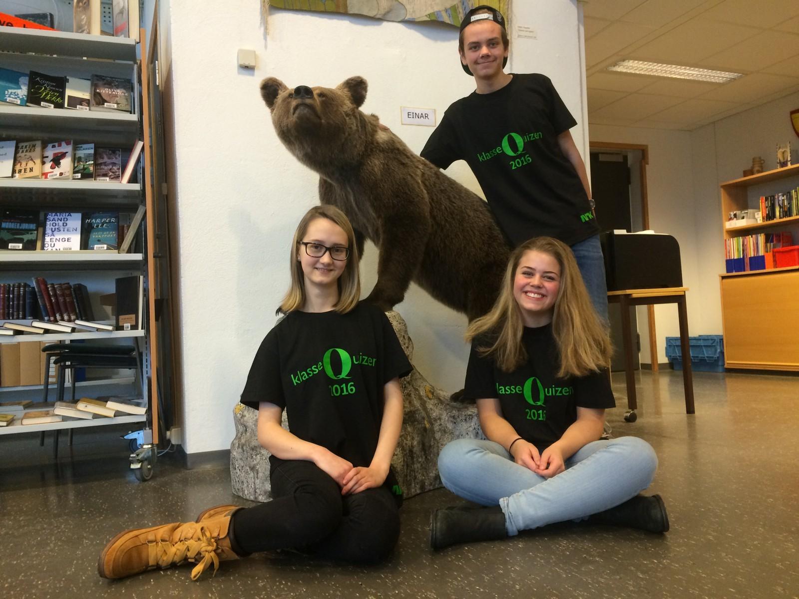Tittelforsvarer i Klassequizen i Hedmark, Løten ungdomsskole, klarte 10 av 12 poeng. F.v. Jenny Louise Schjerpen, Ingeborg Holen og Lars Kvarstad Liven. (og bjørnen EinarI.