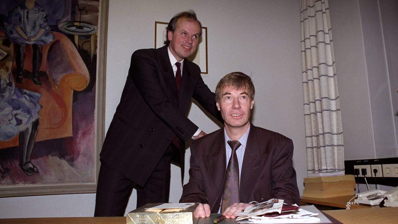 Oslo 19920102. Arbeiderpartiet tar over i Oslo rådhus. Avtroppende byrådsleder Michael Tetzschner (bak) overlater stolen til Rune Gerhardsen.