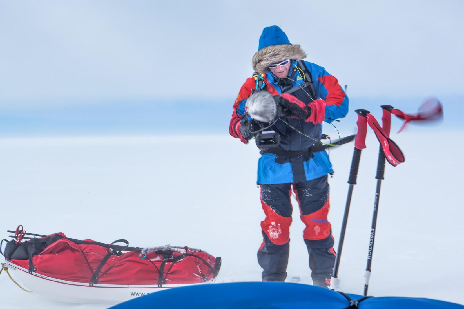 Ekstremvær og teknisk utstyr skurrer ofte. På Grønland brukte Fornebo solceller for å lade kamerabatteriene.