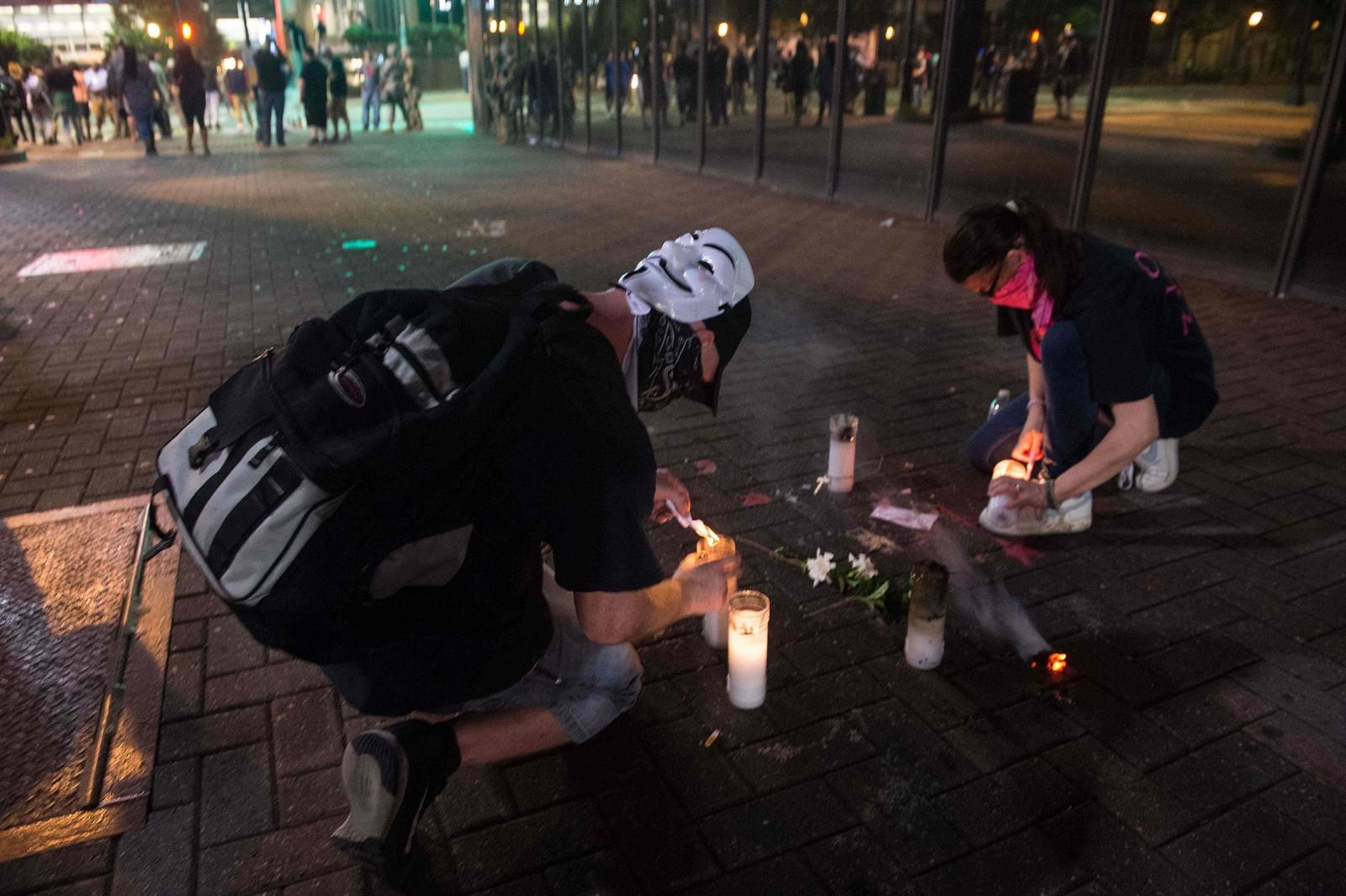 Demonstranter tenner lys der Justin Carr ble skutt under en demonstrasjon mot politivold 21.september.