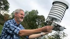 – FEKK FØNVIND-HJELP: – Mens himmelens sluser har vore opne på Vestlandet, fekk vi god hjelp av sola og fønvind til å ta rekorden, seier statsmeteorolog John Smits, her ved målestasjonen på Blindern.
