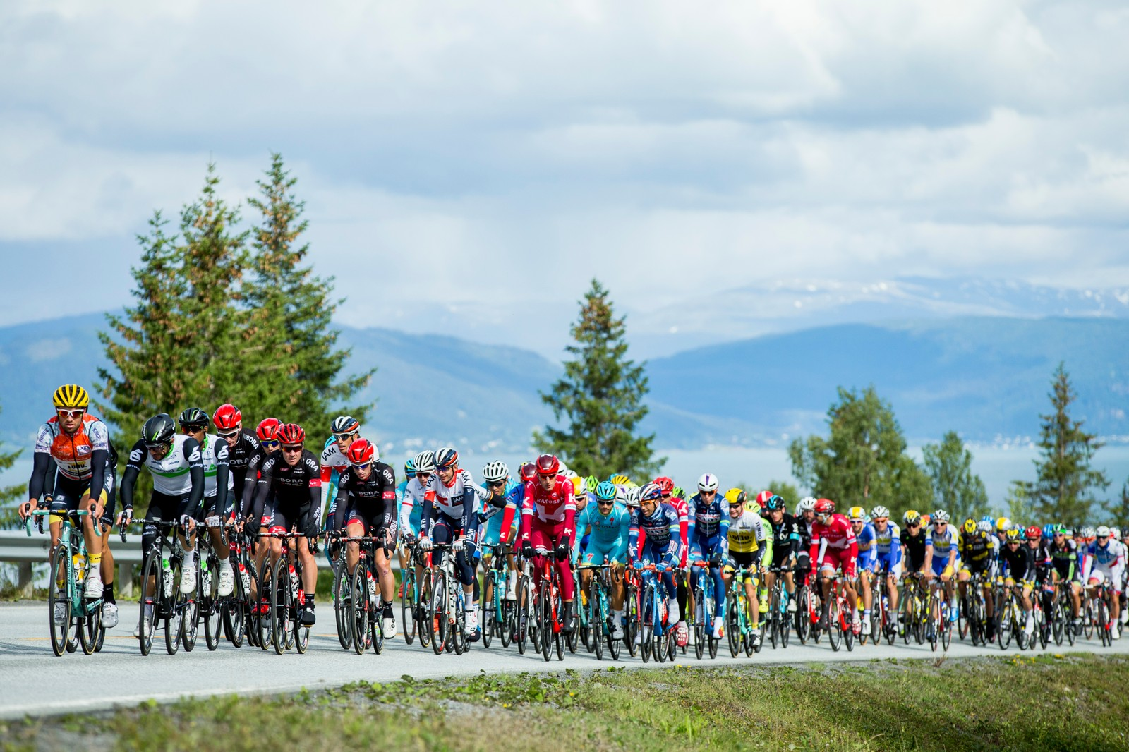 Hovedfeltet under andre etappe i sykkelrittet Arctic Race of Norway fredag. Etappen går fra Mo i Rana til Sandnessjøen.