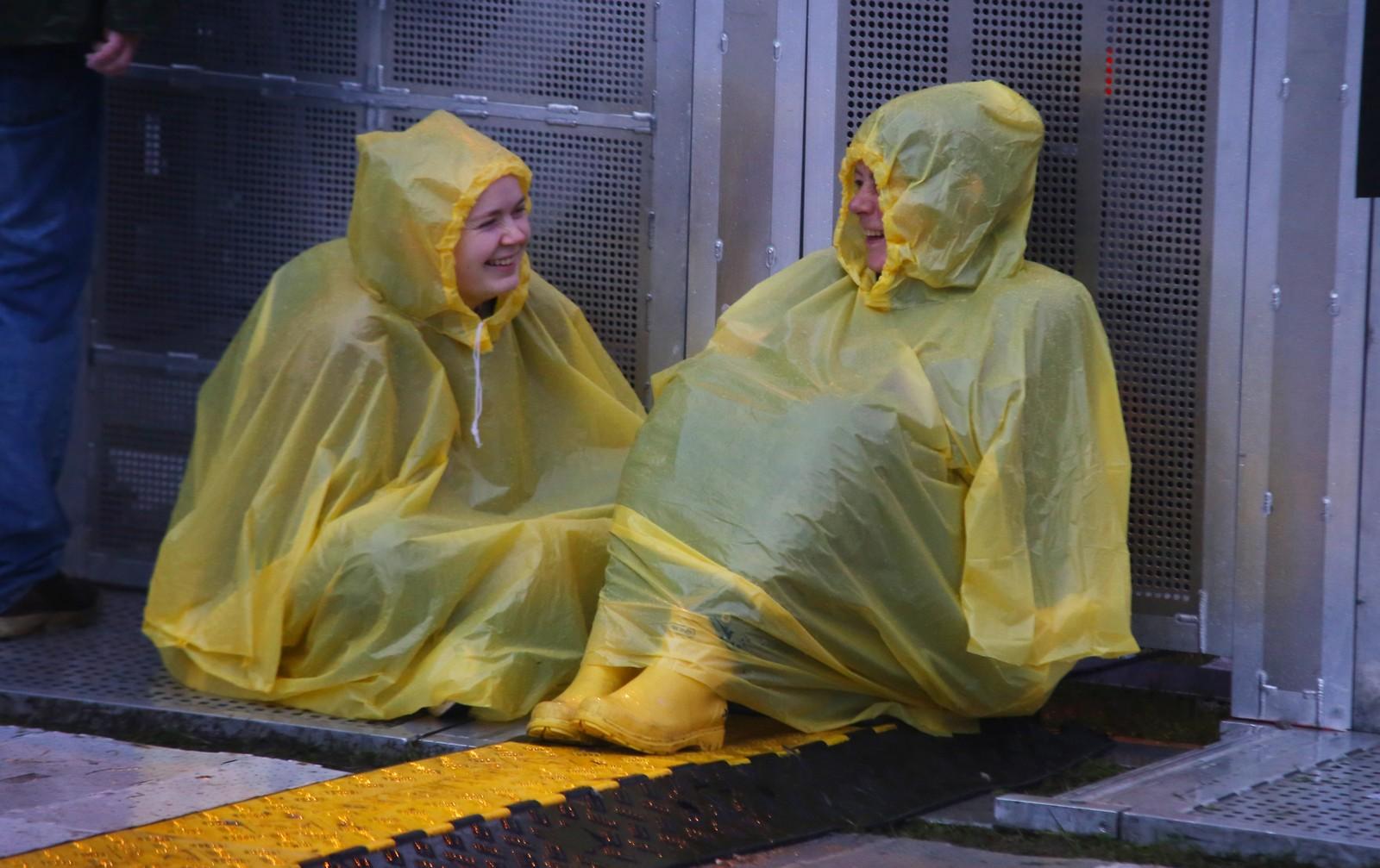 Publikum lot seg ikke stoppe av bøttevis med regn. Her før Pet Shop Boys-konserten lørdag.
