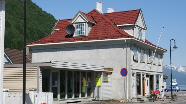 Forretningsbygget som Johs. Hove reiste i 1930. Foto: Ottar Starheim, NRK.