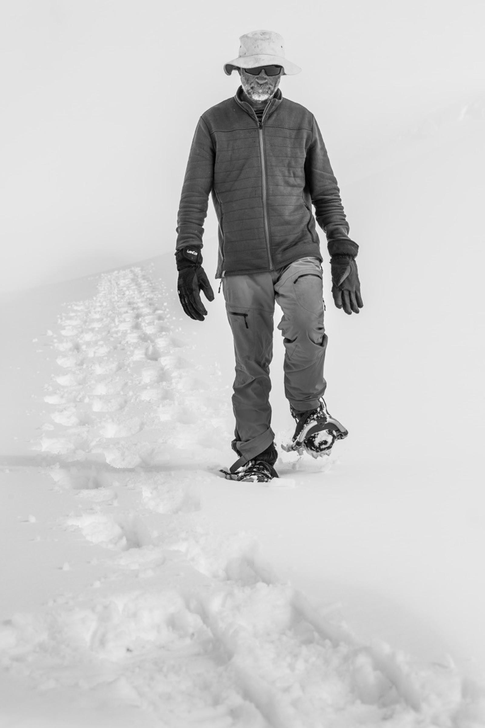 I tolv timar trakka Simon Beck rundt i snøen på trugene sine.