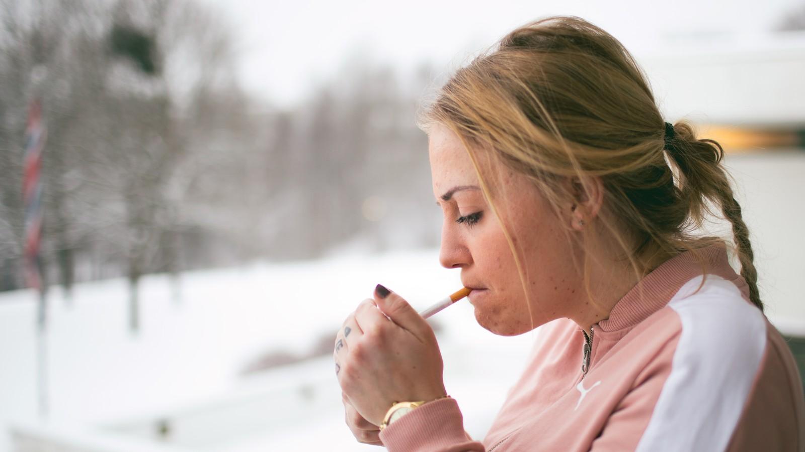 Amelia tenner en røyk i luftegården ved Bredtveit kvinnefengsel.