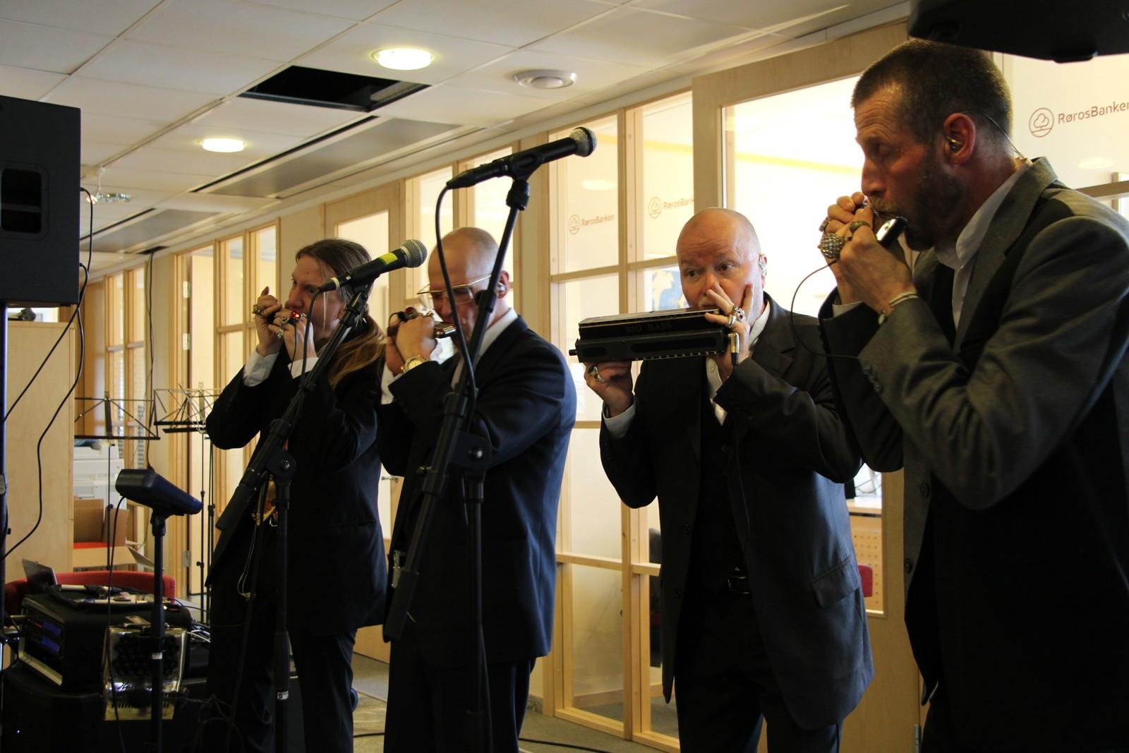 Den finske munnspillkvartetten Sväng spiller pengegaloppen i Røros bank.
