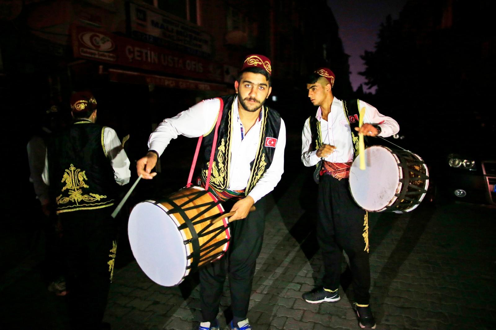 Ramadan i Tyrkia innledes med trommeslagere i ottomanske drakter som trommer for å vekke folk før fasten begynner.