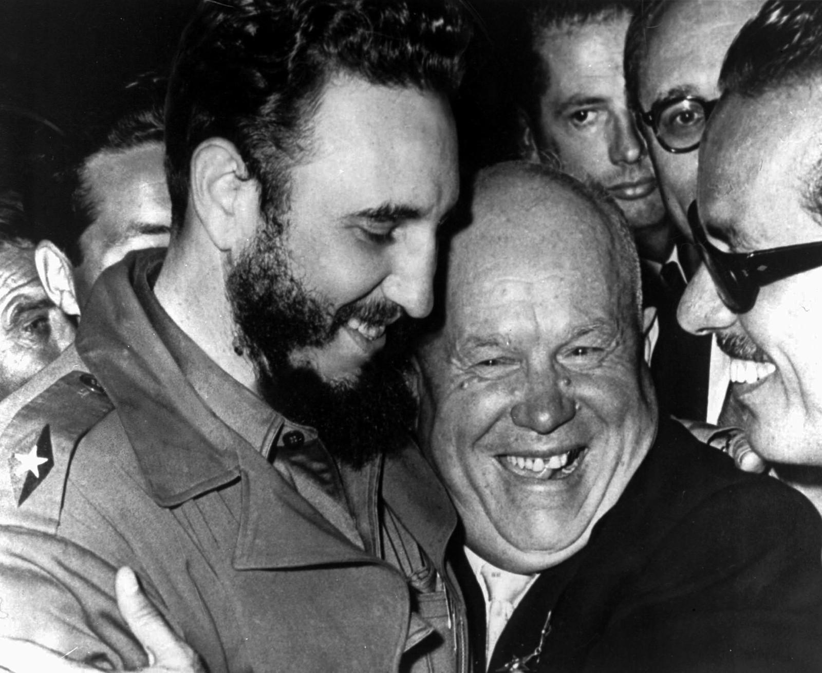 Den sovjetiske lederen Nikita Krustsjov gir sin cubanske allierte Fidel Castro en klem under møtet i FN.