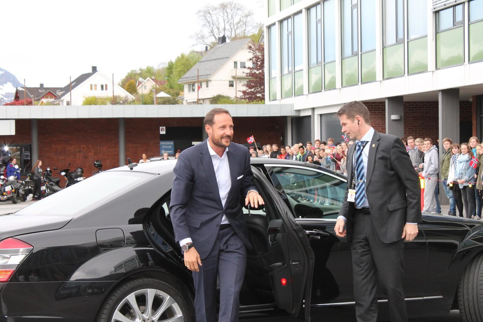 Kronprins Haakon Magnus besøker Volda videregående skole.