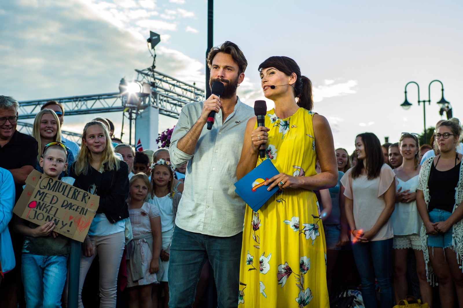 Kåre Magnus Bergh og Jeannette Platou leder Sommeråpent-sendinga fra Hamar.