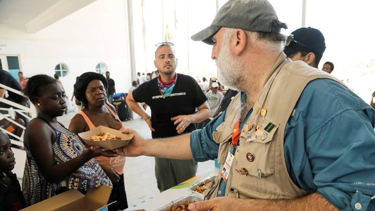 Jose Andres deler ut mat på Bahamas