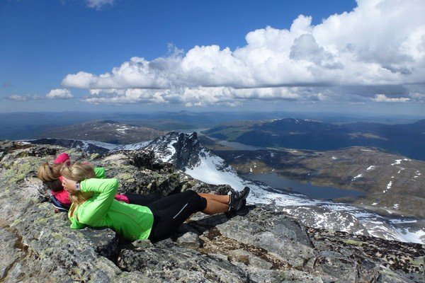 Utsikten fra Snotas topp er vakker. - Foto: Jonny Remmereit