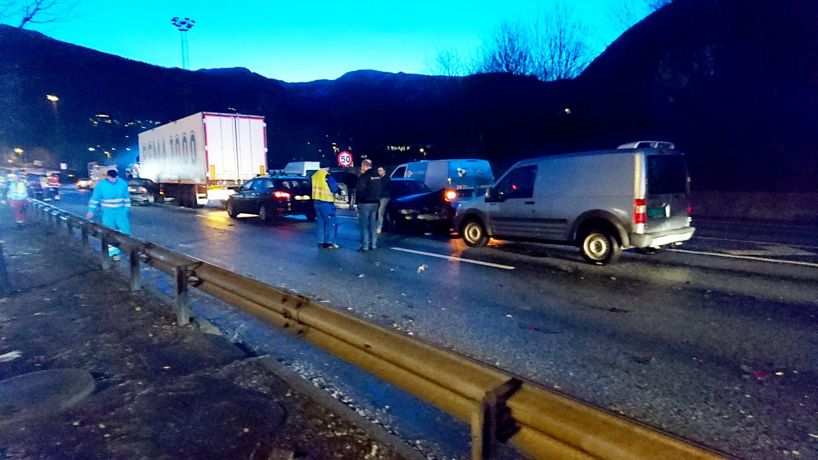 Bilistene hadde ikke sjanse til å stoppe for de mange andre ulykkesrammede kjøretøyene. Totalt rundt 60 biler var involvert i krasjen.