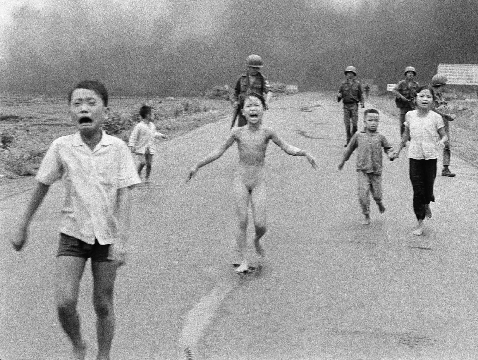 LIVREDDE: Vietnamesiske barn løper vekk fra landsbyen der de bor, fordi den blir bombet med napalm. Bildet er tatt 8. juni 1972.