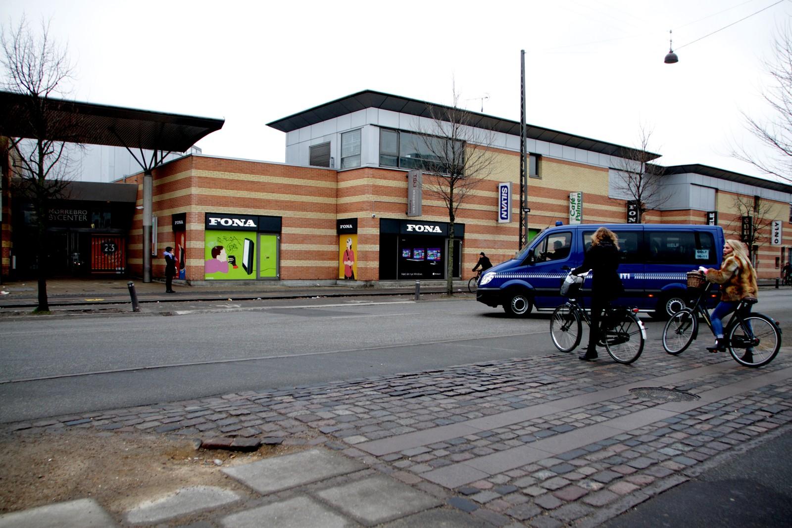 Flere steder i København sentrum er fortsatt sperret av. Dette bildet er tatt foran kjøpesenteret i Nørrebro.